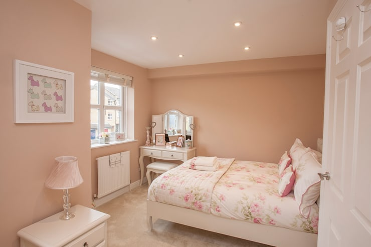 Girls Bedroom - Canary Wharf:   by Millennium Interior Designers