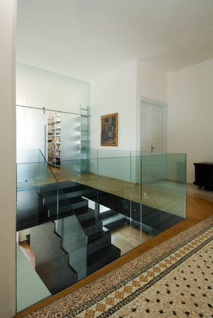 Pasillos y vestíbulos de estilo  por Christian Schwienbacher,