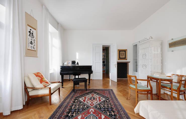 Wohnung D: Soggiorno in stile  di Christian Schwienbacher