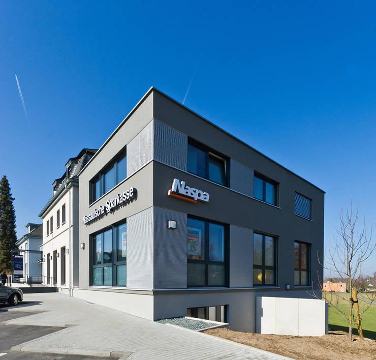Blick auf den Neubau:  Bürogebäude von BITSCH + BIENSTEIN Architekten PartGmbB,Modern