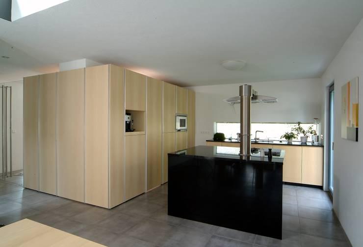 modern Kitchen by A r c h i t e k t i n  Kelbing