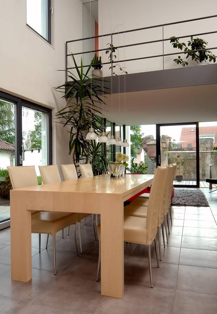 Haus Lenz in Überlingen:  Wohnzimmer von A r c h i t e k t i n  Kelbing,Modern