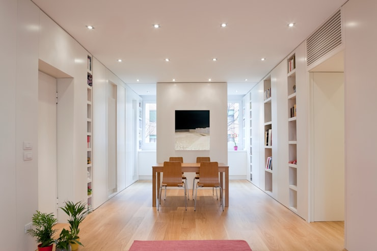 Ristrutturazione appartamento per un fotografo: Sala da pranzo in stile  di Studio RBA