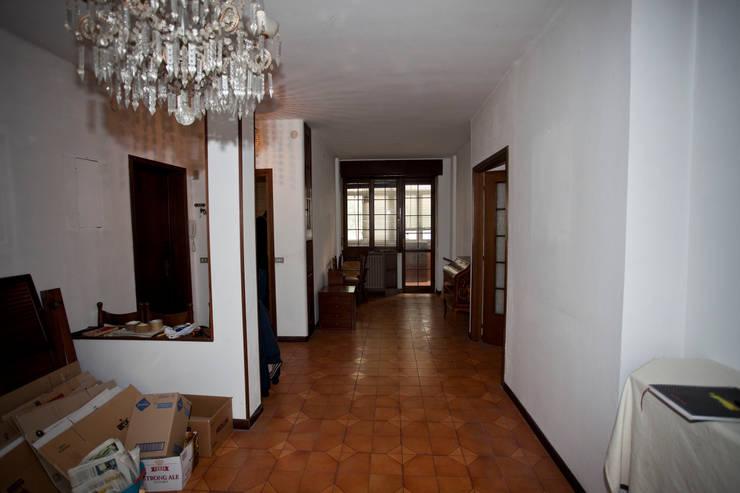 Ristrutturazione appartamento per un fotografo: Soggiorno in stile  di Studio RBA