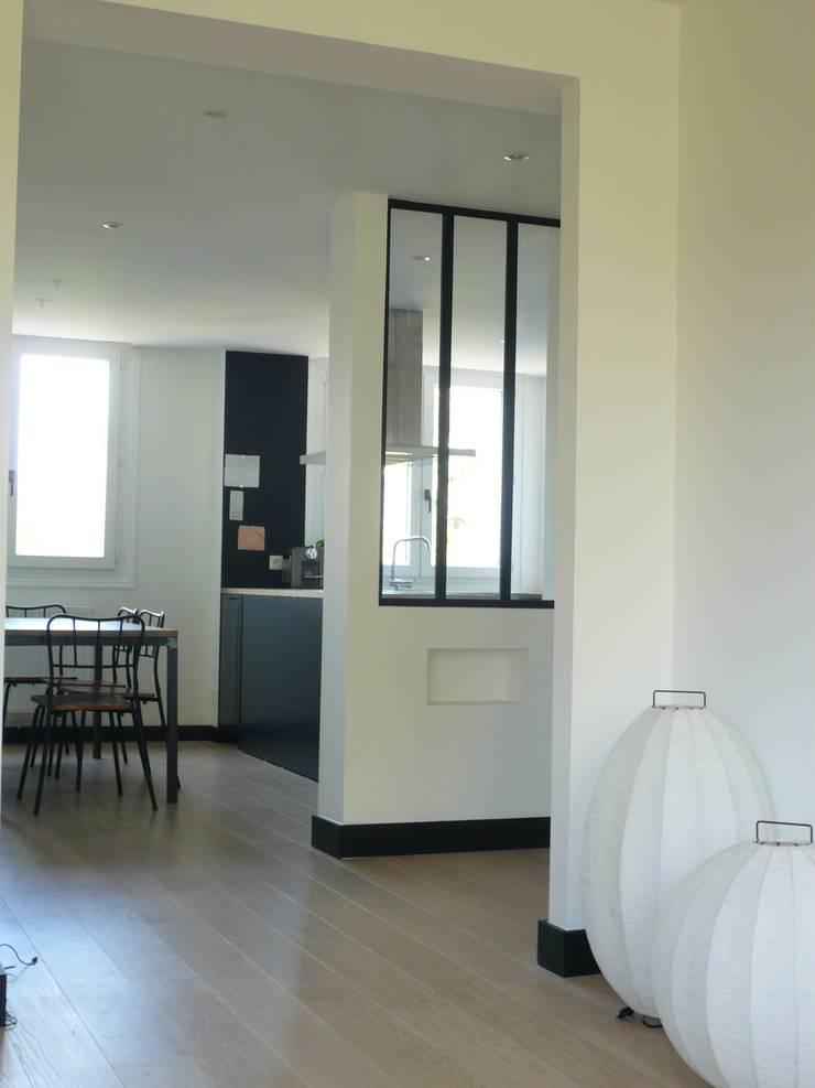 Vue de l'entrée et de la cuisine: Cuisine de style  par Delphine Gaillard Decoration