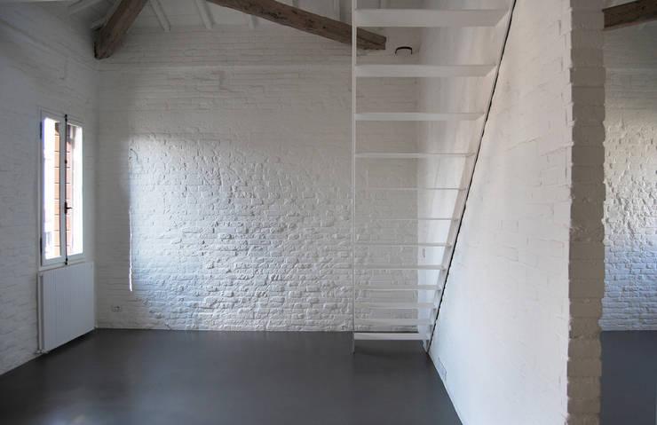 Corridor & hallway by Bertolone+Plazzogna Architetti