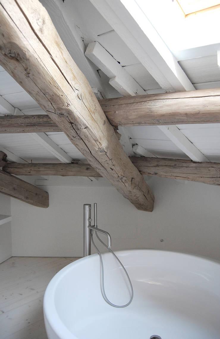 Bathroom by Bertolone+Plazzogna Architetti