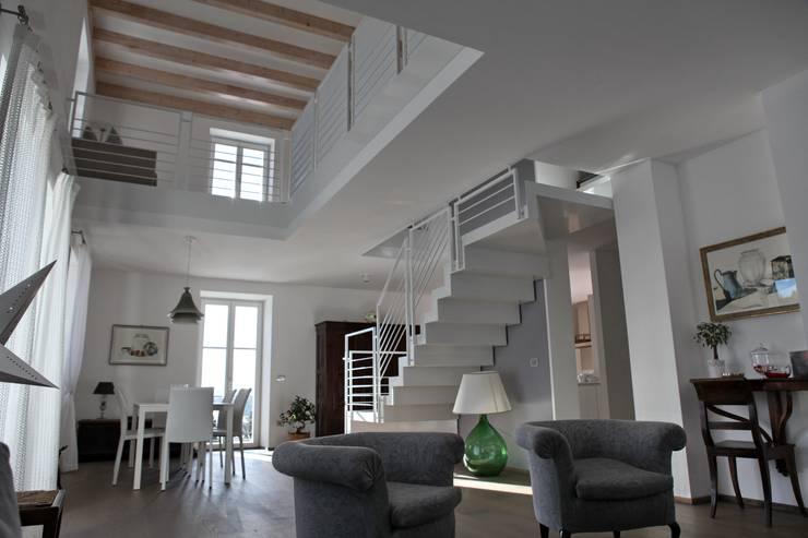 la zona giorno, il duplex e la scala: Soggiorno in stile in stile Moderno di luca pedrotti architetto