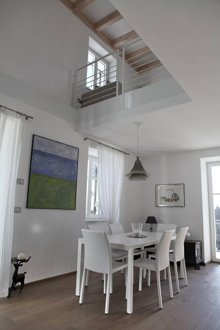l'affaccio duplex sul pranzo: Sala da pranzo in stile in stile Moderno di luca pedrotti architetto