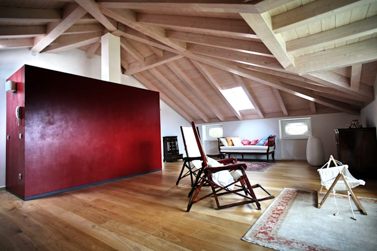 la mansarda e le chaise longue davanti alla vetrata panoramica: Soggiorno in stile in stile Moderno di luca pedrotti architetto