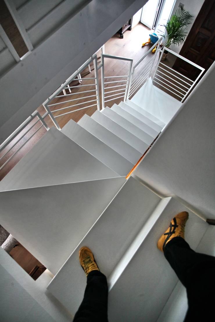 la scala: Ingresso & Corridoio in stile  di luca pedrotti architetto