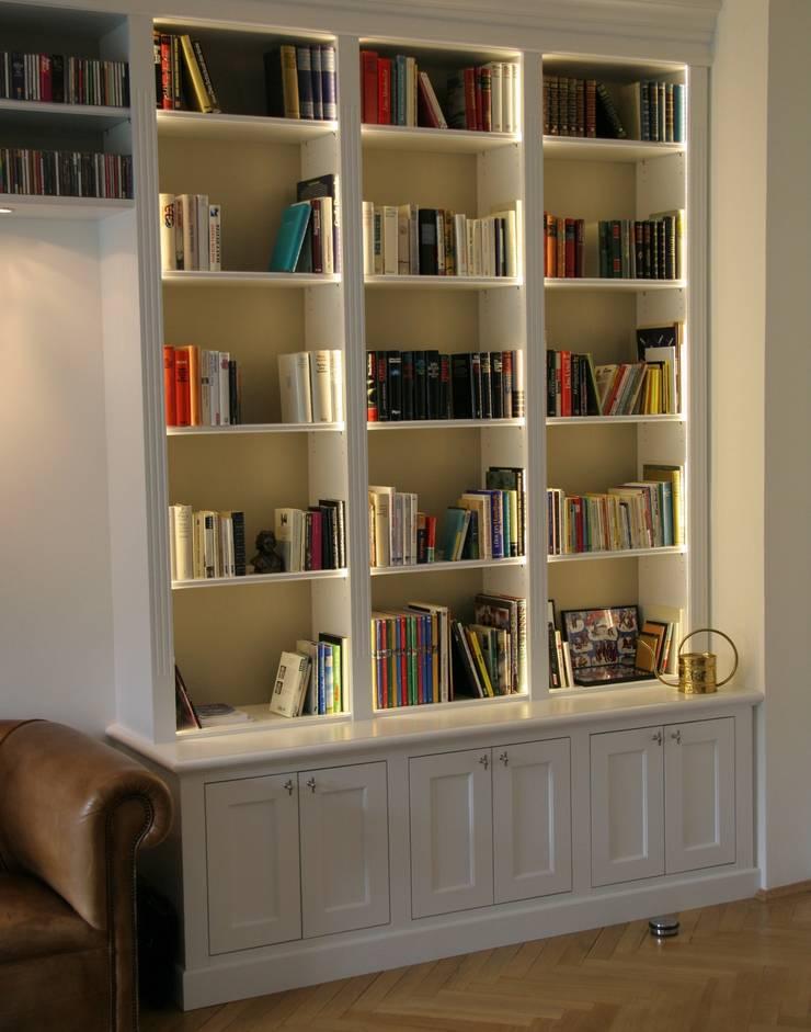 klassische Bibliothek:  Wohnzimmer von Bernhard Preis - Interior Design aus der Region Tegernsee,