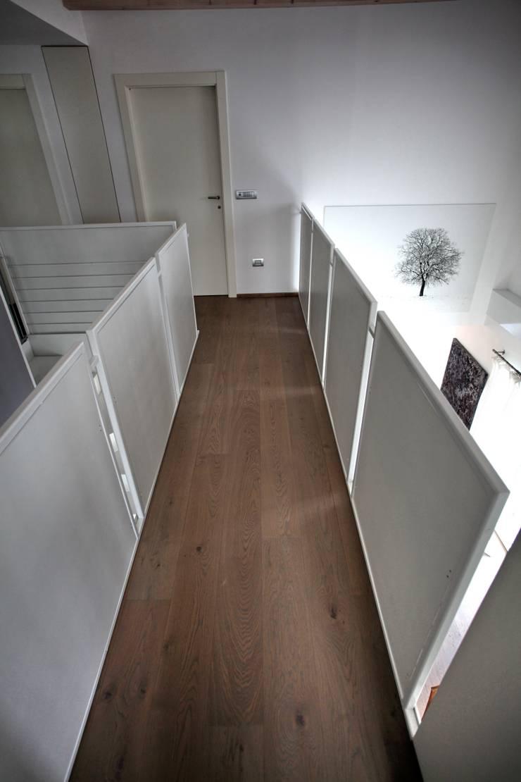 la passerella: Soggiorno in stile in stile Moderno di luca pedrotti architetto