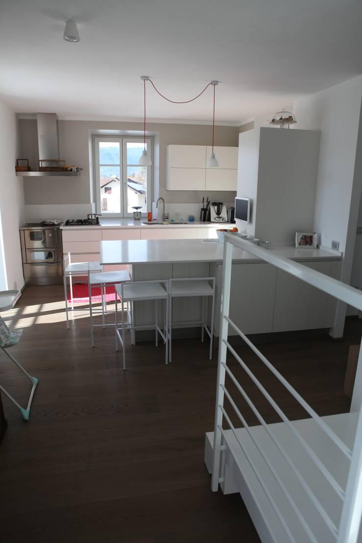 la cucina open con penisola: Cucina in stile in stile Moderno di luca pedrotti architetto