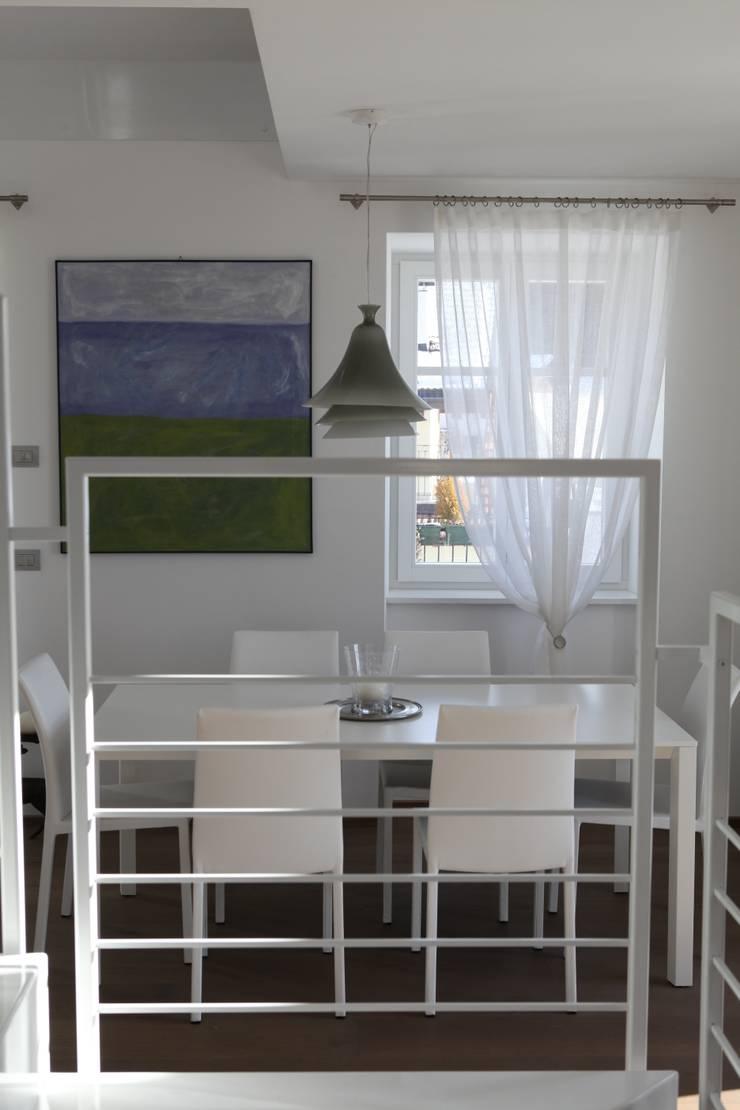 la scala ed il pranzo: Sala da pranzo in stile in stile Moderno di luca pedrotti architetto