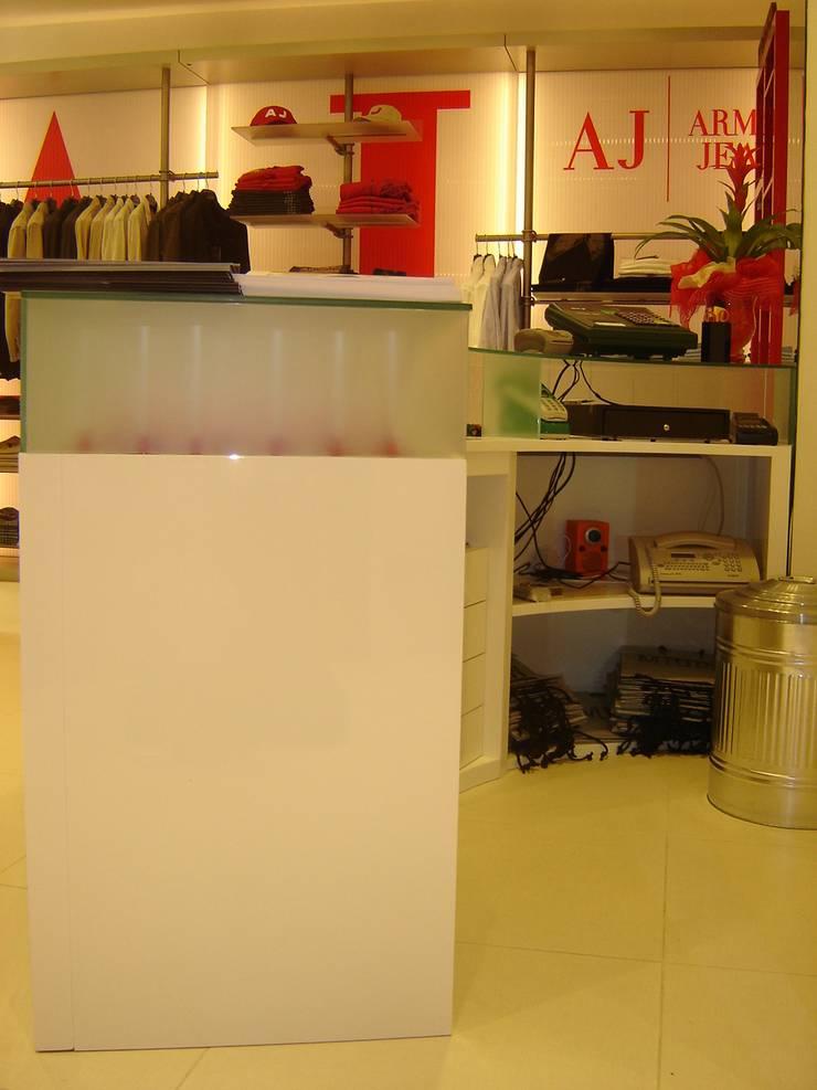 Locaux commerciaux & Magasins de style  par LB Design e Allestimenti, Moderne