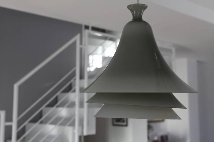 lampadario Rotaliana: Sala da pranzo in stile in stile Moderno di luca pedrotti architetto