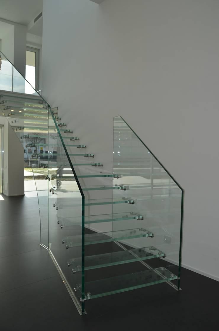 Vestíbulos, pasillos y escaleras de estilo  por Siller Treppen/Stairs/Scale,