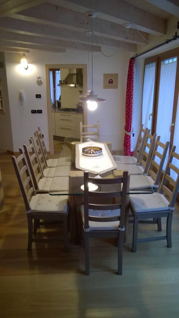 Casa Pinè: Sala da pranzo in stile  di Cubisoft