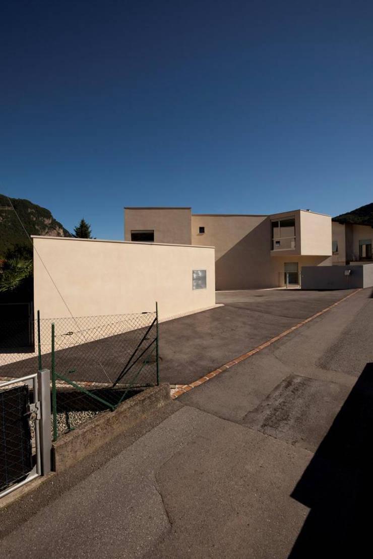 Casa a Riva S. Vitale: Garage/Rimessa in stile  di Studio d'arch. Gianluca Martinelli