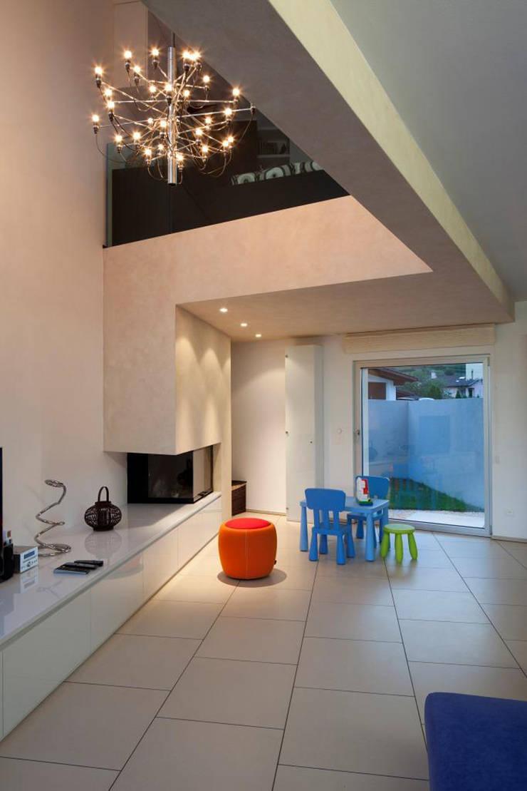 Casa a Riva S. Vitale: Soggiorno in stile  di Studio d'arch. Gianluca Martinelli