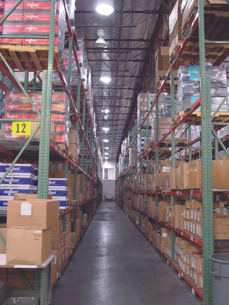 Solatube industrial en almacenes: Dormitorios de estilo industrial de Teclusol S.l.  (Solatube España)