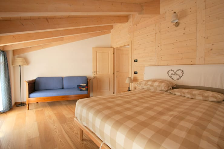 Casa Pinè: Camera da letto in stile in stile Rustico di Cubisoft