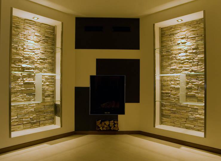 Residenza privata : Soggiorno in stile  di LB Design e Allestimenti