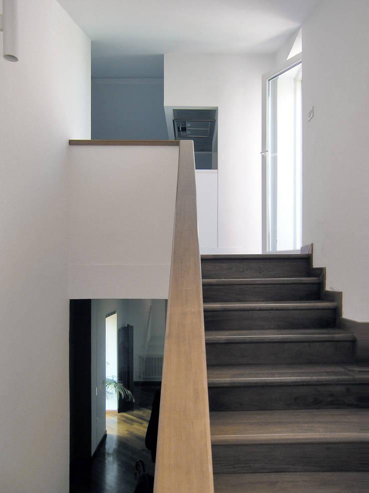 Pasillos y vestíbulos de estilo  por Nuovostudio Architettura e Territorio,