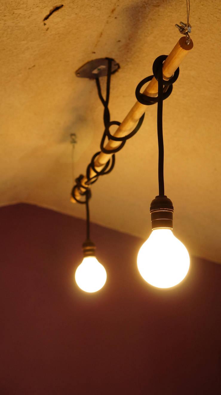 Diseño de lampara: Espacios comerciales de estilo  por 21 Arquitectura