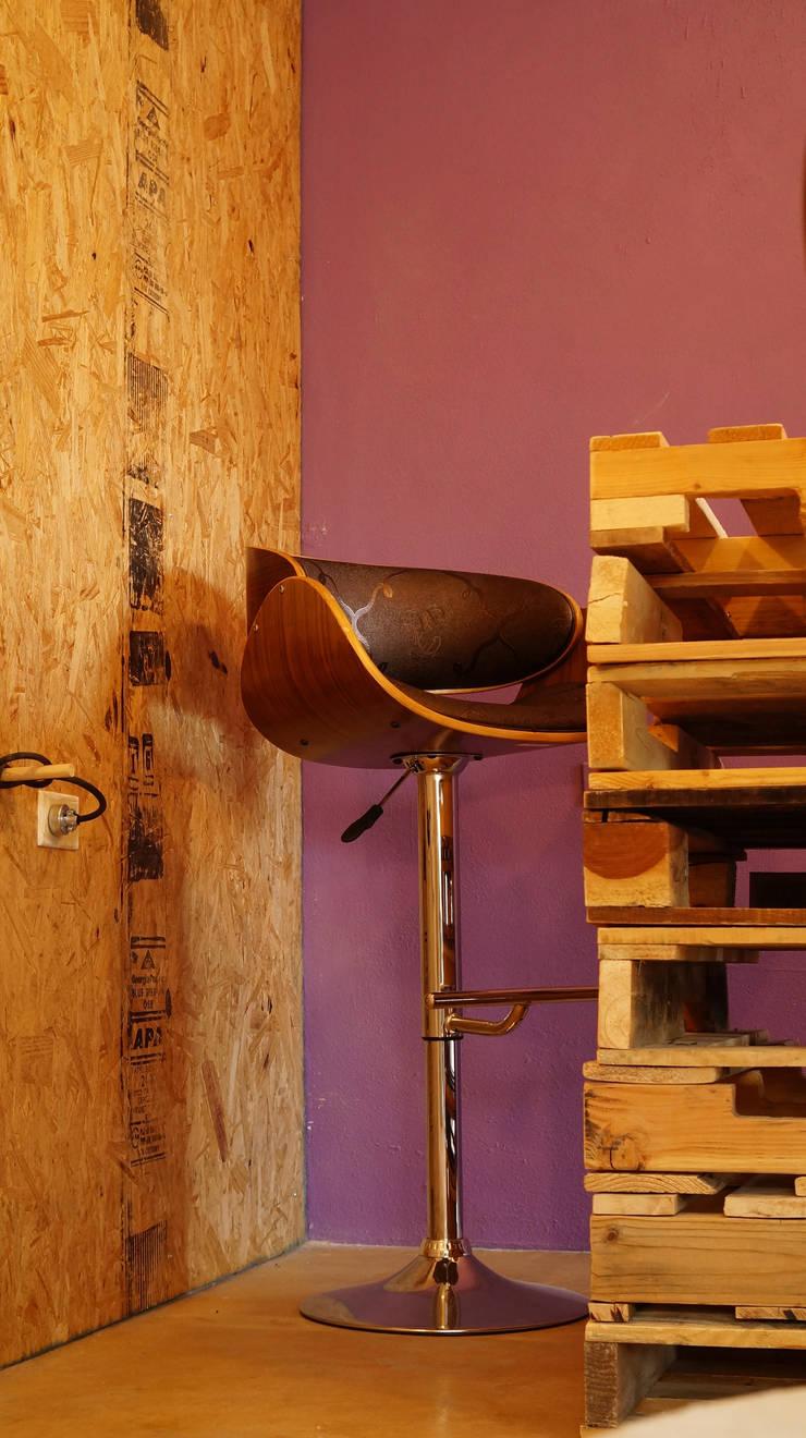 Mobiliario: Espacios comerciales de estilo  por 21 Arquitectura