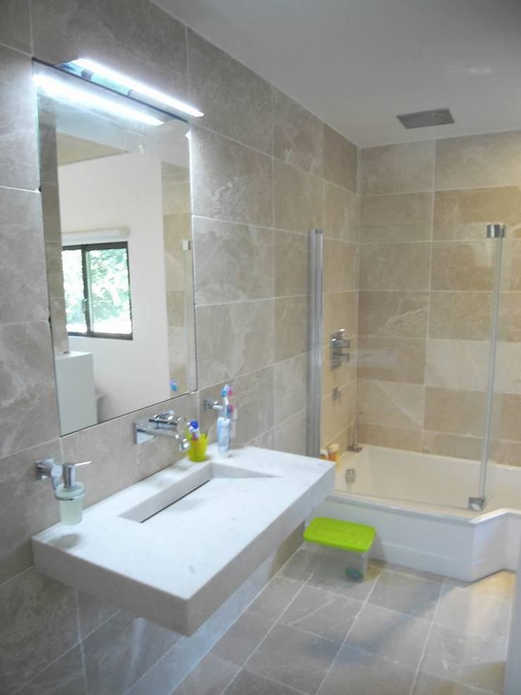 Bathroom by Allegre + Bonandrini architectes DPLG,