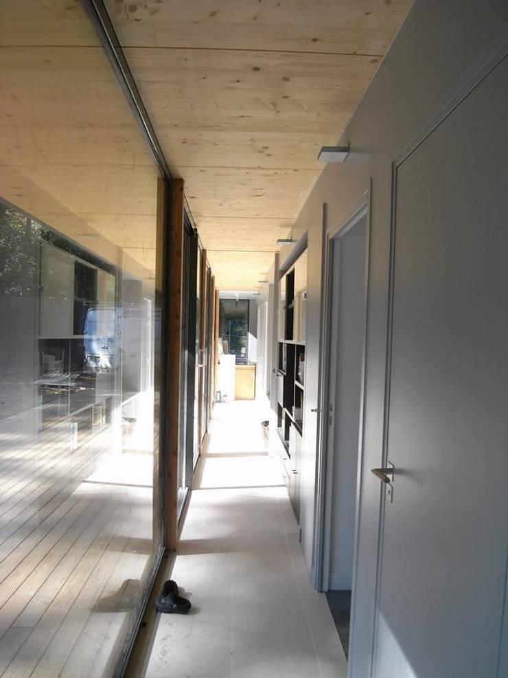 War House: Couloir et hall d'entrée de style  par Allegre + Bonandrini architectes DPLG