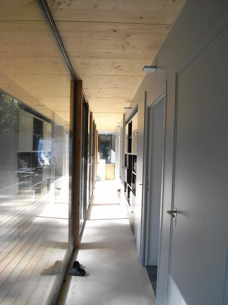 Corridor & hallway by Allegre + Bonandrini architectes DPLG,