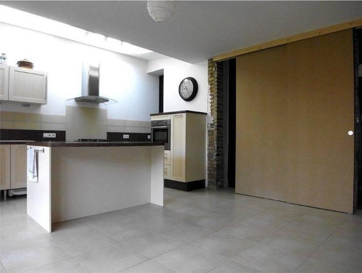 Кухни в . Автор – Allegre + Bonandrini architectes DPLG, Модерн