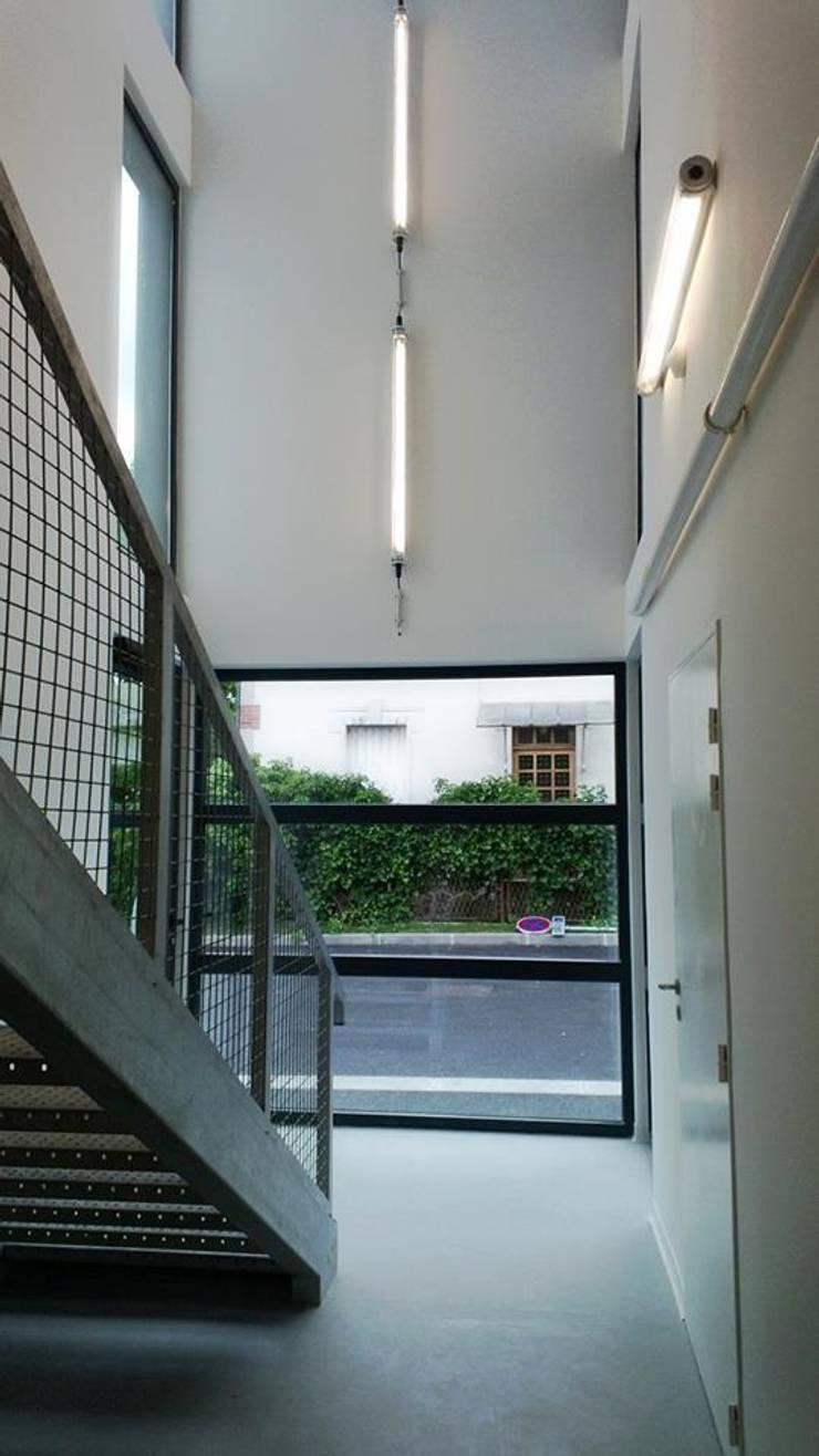 18 logements bois massif bbc Clichy 01: Couloir et hall d'entrée de style  par Allegre + Bonandrini architectes DPLG