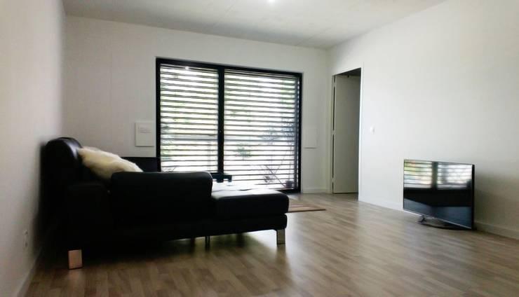 18 logements bois massif bbc Clichy 01: Salon de style  par Allegre + Bonandrini architectes DPLG