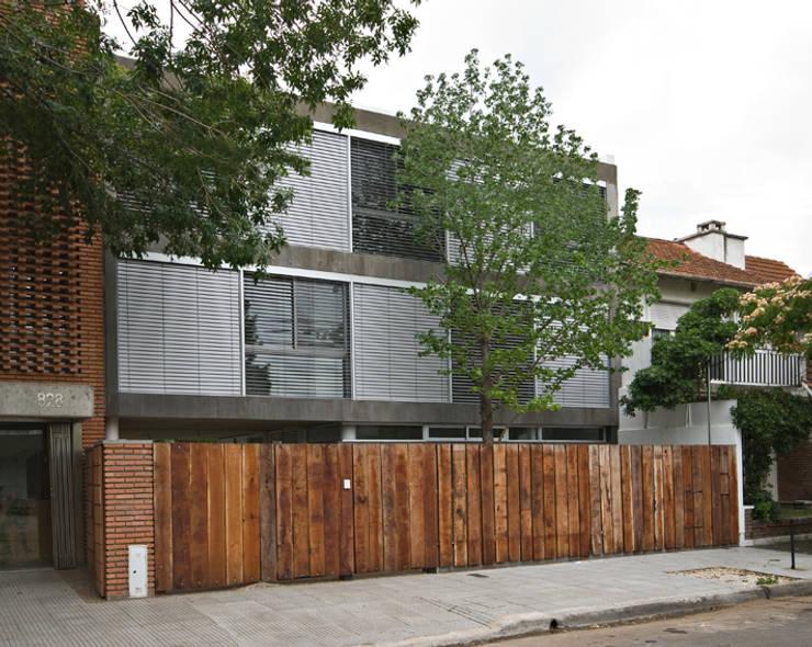 Casa Acassuso: Casas de estilo  por moarqs