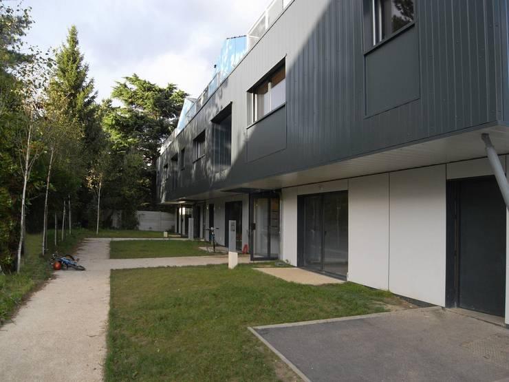 19 logements BBC bois massif Clichy 03: Maisons de style de style Moderne par Allegre + Bonandrini architectes DPLG