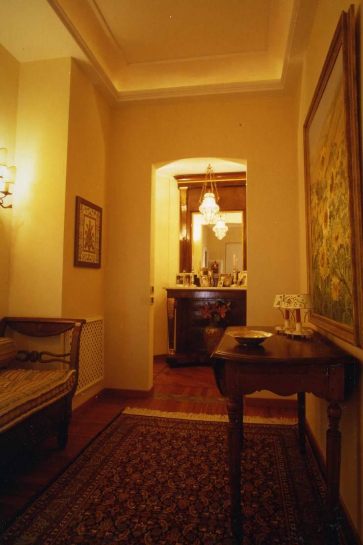 CASTELLETTO: Ingresso & Corridoio in stile  di Studio Messori