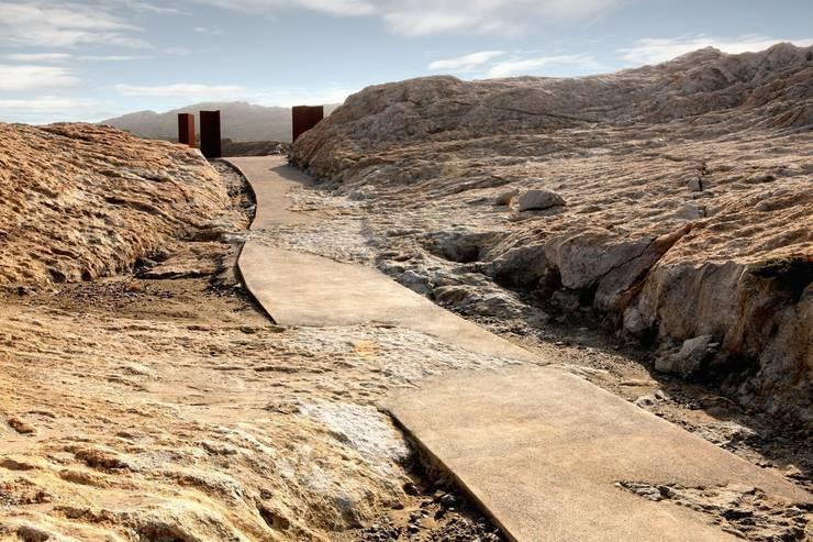 Vial principal. Afloramiento de Pegmatita: Jardines de estilo  de EMF - landscape architecture