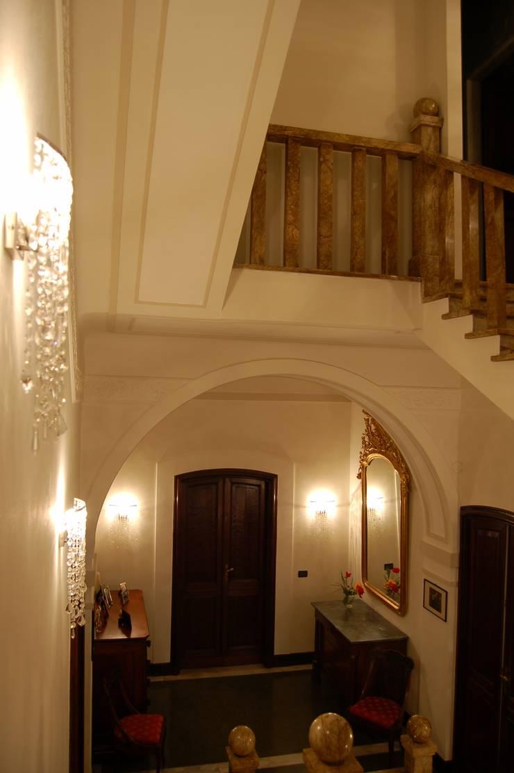 VANO SCALA: Ingresso & Corridoio in stile  di Studio Messori