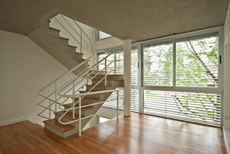 Escalera principal: Pasillos y recibidores de estilo  por moarqs
