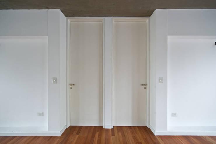 Puertas Dormitorios: Dormitorios de estilo clásico por moarqs