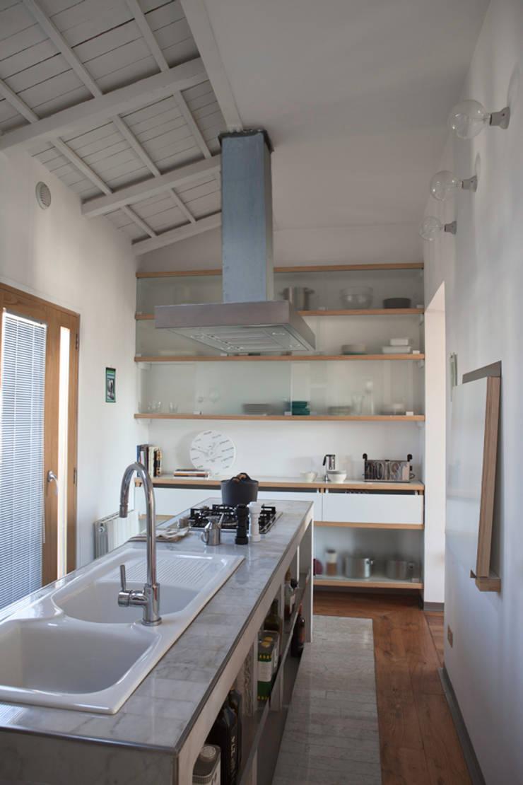 Renovation in Pigneto neighborhood in Rome.: Cucina in stile  di Studio Cassiani