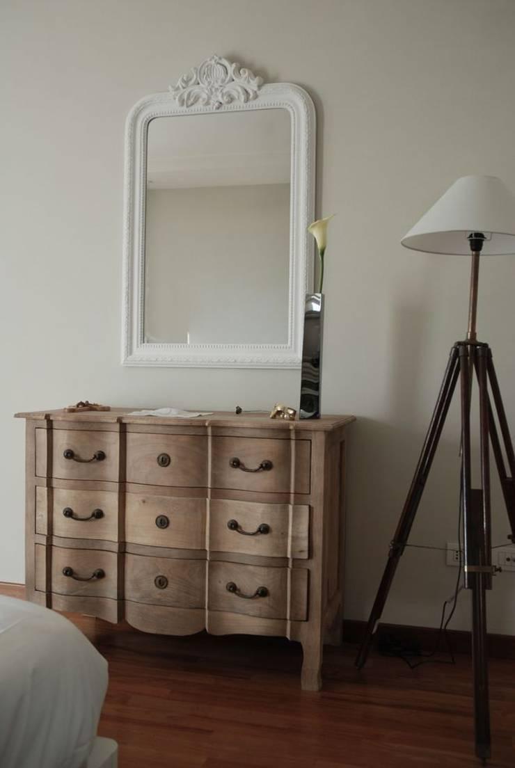 camera da letto: Camera da letto in stile  di Emmepi Design