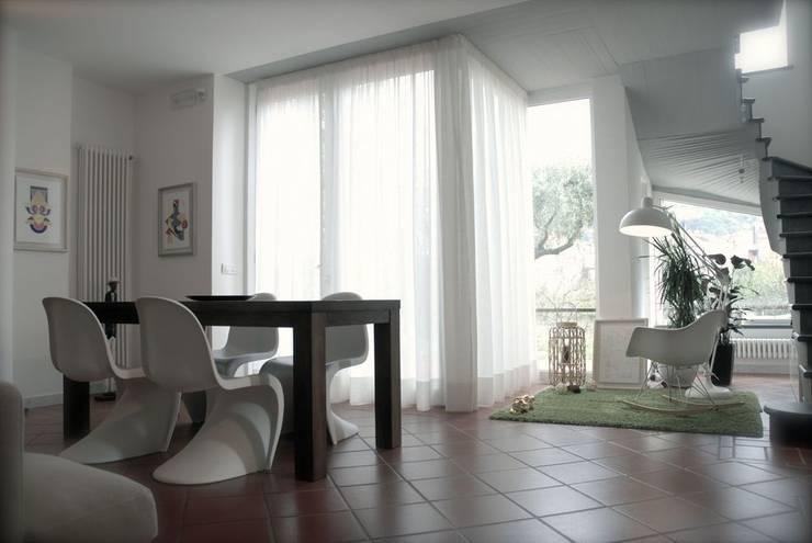 soggiorno: Sala da pranzo in stile  di Emmepi Design