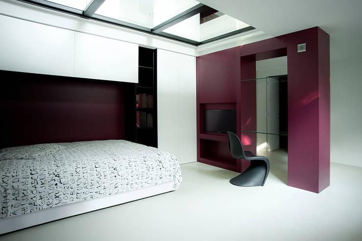 Menovale: Camera da letto in stile  di Archisbang