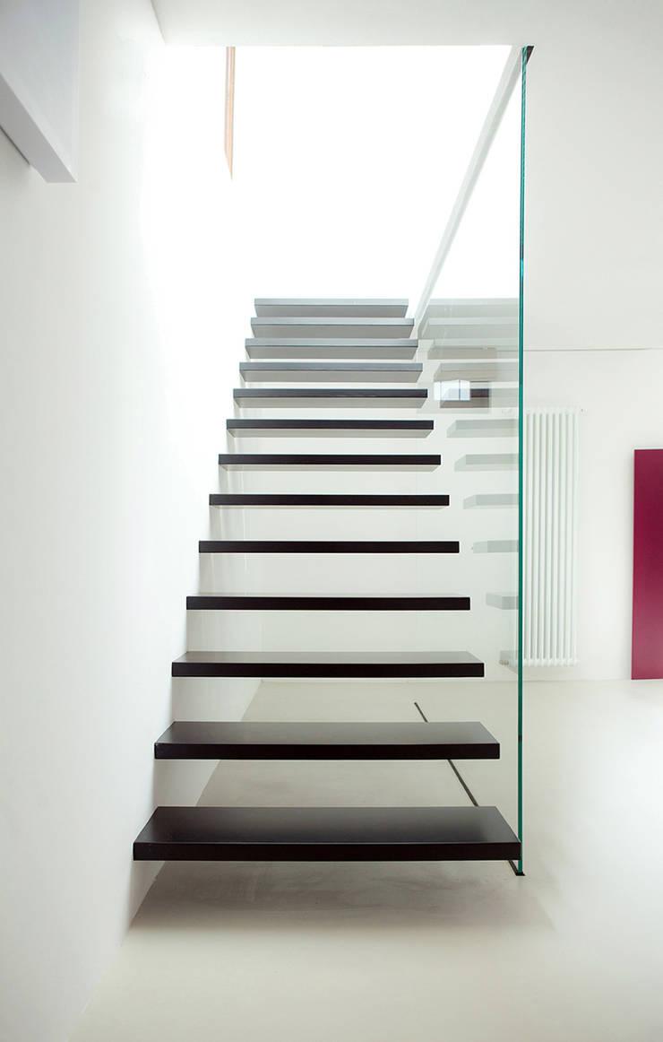 Menovale: Ingresso & Corridoio in stile  di Archisbang