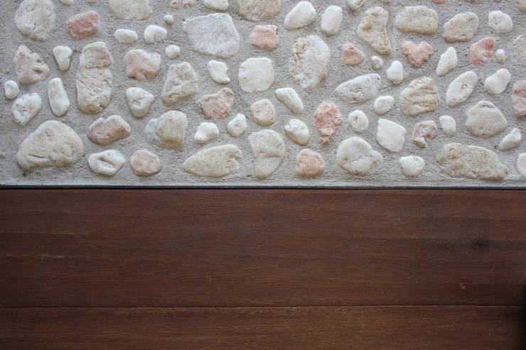 Twice A: Pareti & Pavimenti in stile in stile Moderno di Archisbang